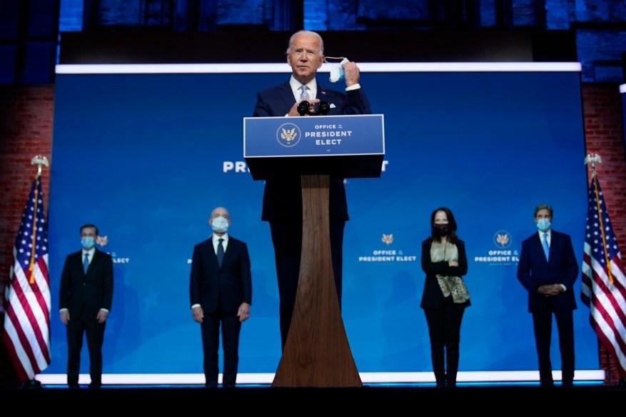 Избранный президент Джо Байден снимает маску, когда прибывает, чтобы представить своих кандидатов и назначенцев на ключевые посты в сфере национальной безопасности и внешней политики в театре Queen во вторник, 24 ноября 2020 года, в Уилмингтоне, штат Делавэр.