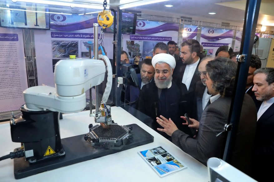 En ce 9 avril 2018, le président iranien Hassan Rohani écoute les explications sur les nouvelles réalisations nucléaires lors d'une cérémonie marquant la `` Journée nationale du nucléaire '' en Iran.