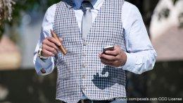 Mann in Herrenweste mit Zigarre