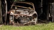 Ein Schrottauto in einem Schuppen