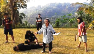 Latihan 'Behind The Masks'  di alam (teater keliling)