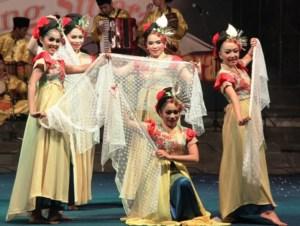 Ilustrasi foto: Gelar budaya selendang sutra tahun 2014 (ist)