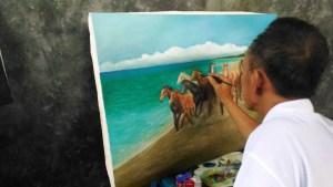 Pelukis Bengkulu beraliran naturalis Mirza Rizal tengah menuntaskan salah satu karyanya (dyo)