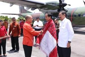 Foto: Presiden Joko Widodo diberikan ulos oleh Bupati Taput  Nikson Nababan. (humas taput)