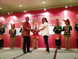 Foto: Perwakilan Stola Pelangi Tenun Sutera Lenan Dua Sisi saat meraih Best of The Best INACRAFT 2016. (ist)