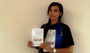 Foto: Kirana Kejora dengan novel Senja di Langit Ceko. (ist)