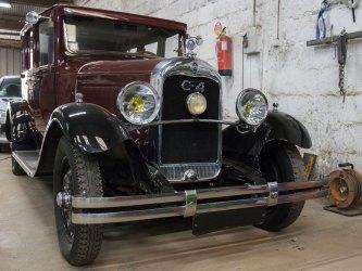 voiture de collection modèle citröen C4 en réparation au garage à Quimper