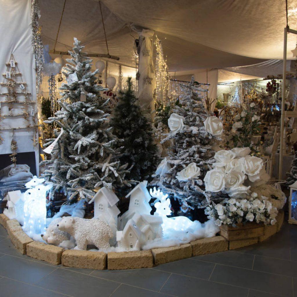 Addobbi natalizi luci presepi e alberi di Natale