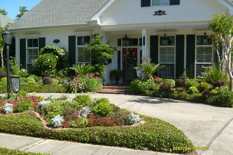 Landscape Arrangements For Your House's Front Gardening Flowers