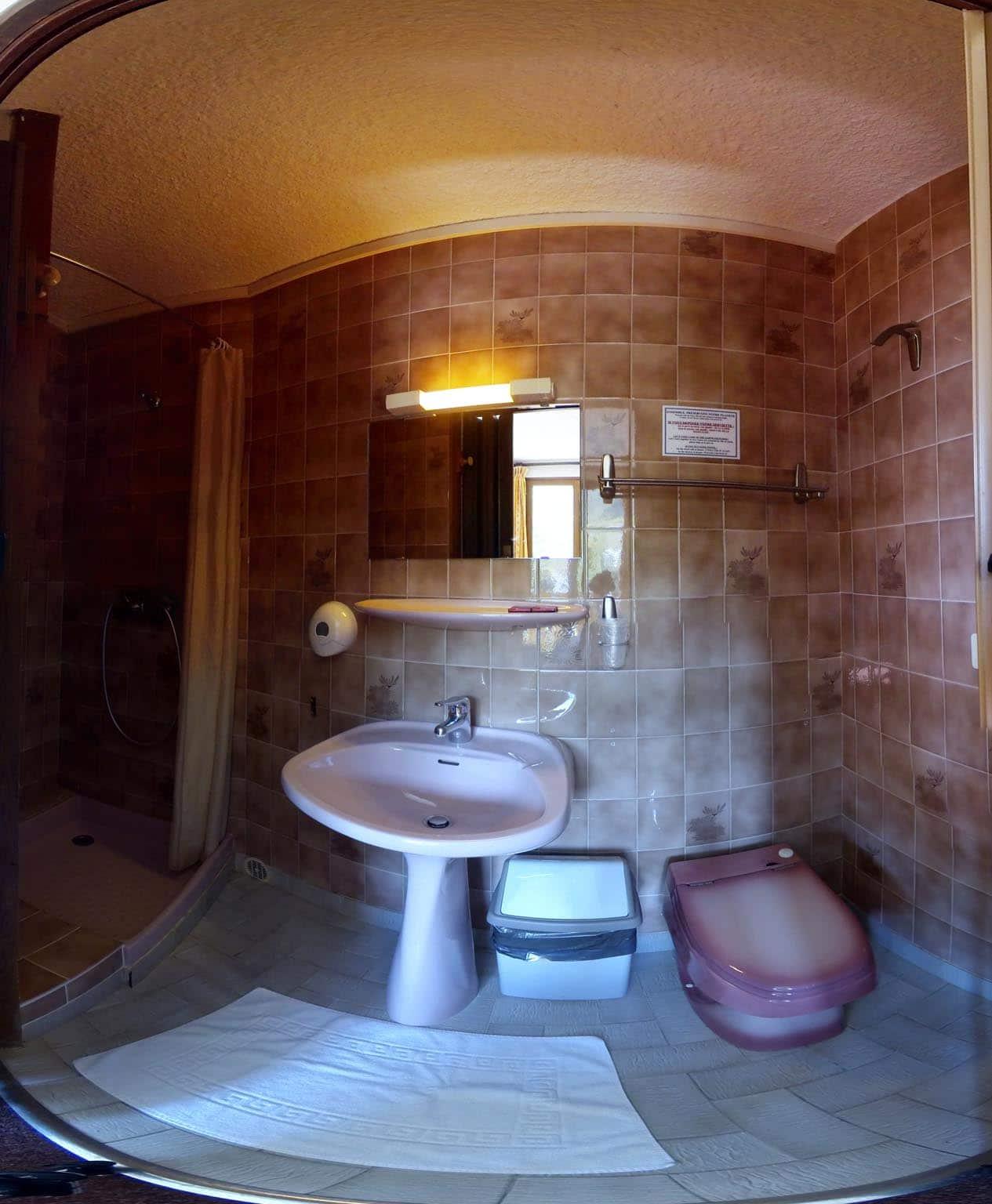 Salle de bain de la chambre n°2 hotel les Gardettes Orcieres