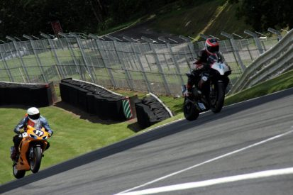Garf 17 chasing another GSXR600 at Oulton Park Deer's Leap