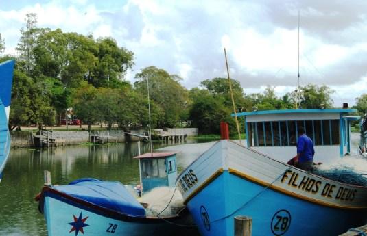 Barcos de pesca no canal. Crédito de imagem Surian Dupont
