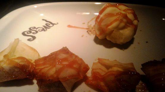 Deliciosos raviólis recheados de goiabada cascão, acompanhados de sorvete de queijo cottage. Yummy - minha sobremesa preferida da noite!