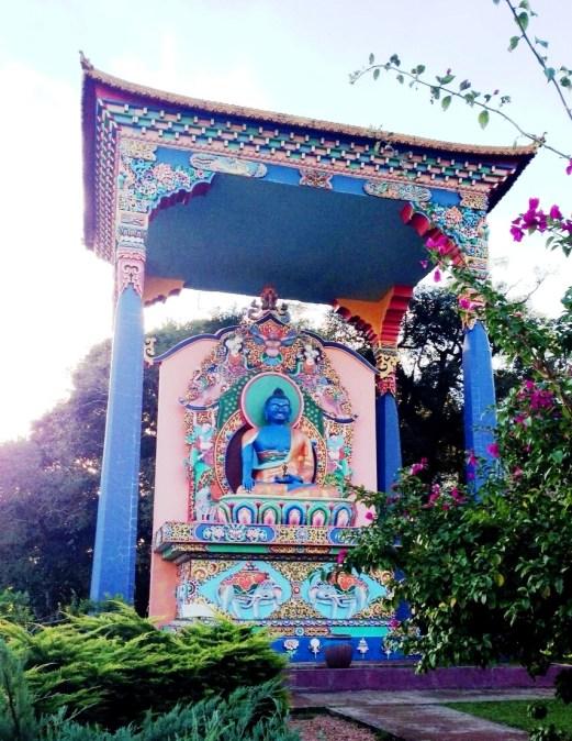 Um dos budas da meditação exaltados no pátio do templo. Crédito de imagem Surian Dupont