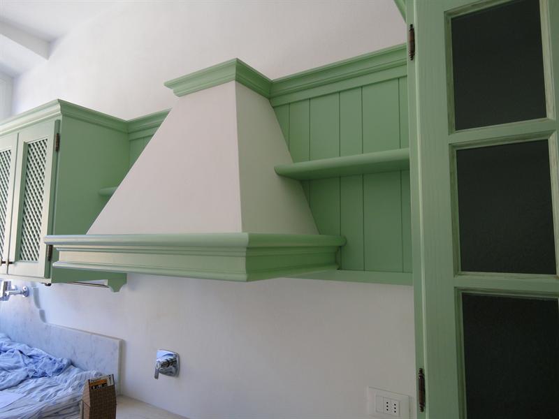 Cucina verde salvia in fase di montaggio Garnero design