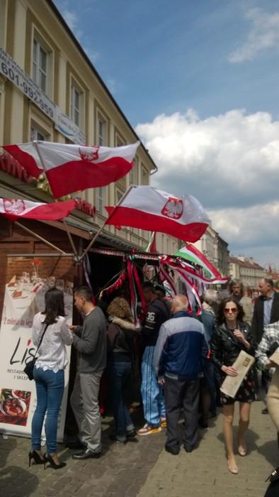 Stoisko restauracji Liszt w biało-czerwowych barwach, w sąsiedztwie flag węgierskich