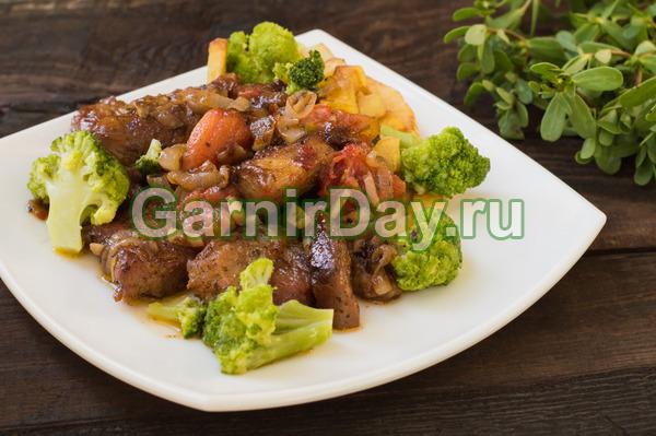 Тушеная свинина с клубнями картофеля и соцветиями брокколи