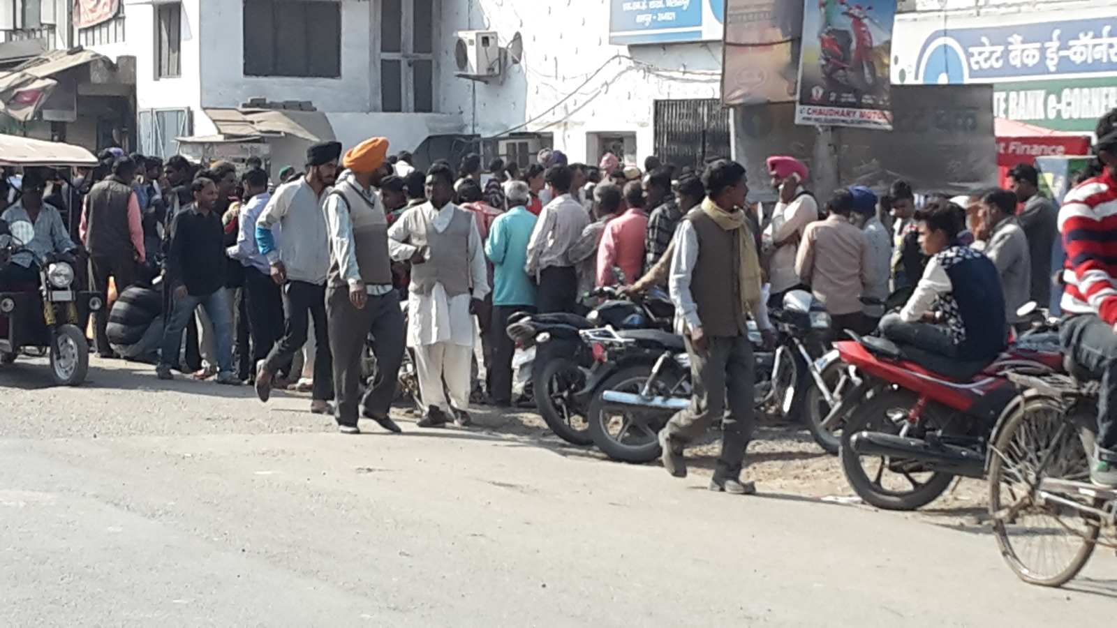 Queues at the banks in India following the abolition of 500 and 1000 rupee notes