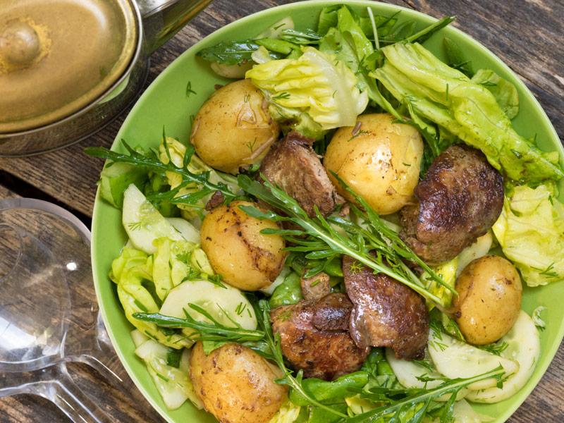 Siltie vistas aknu, zaļumu un jauno kartupeļu salāti