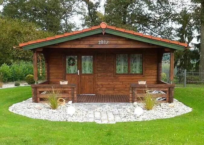 Ein rustikales Gartenhaus