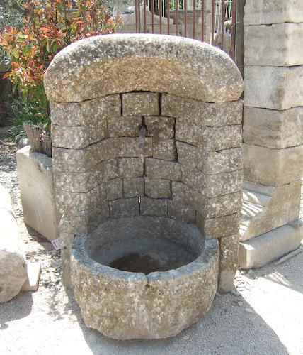 Beispiele restaurierter Antik Gartenbrunnen aus Naturstein