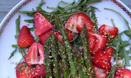 Salat mit Erdbeeren und grünen Spargel