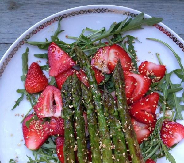 Rezept: Erdbeersalat mit grünem Spargel