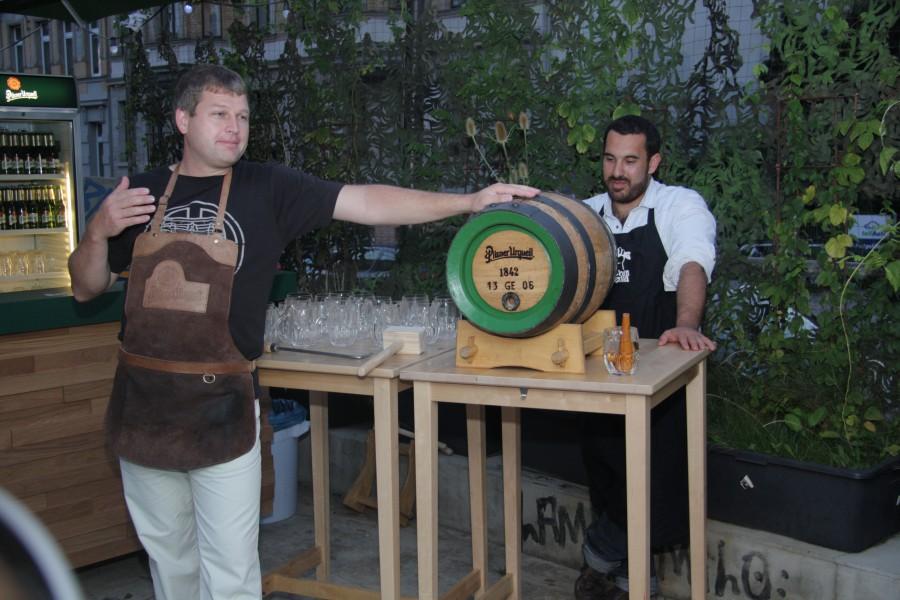 Beermaster Robert (Pilsner Urquell) und Onur (Kitchenguerilla)