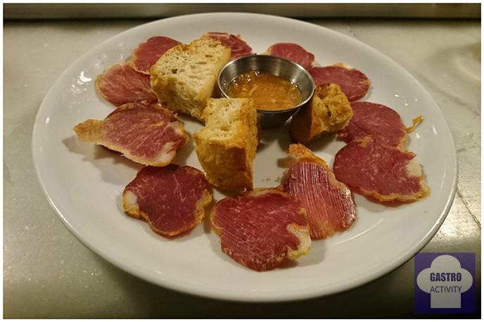 Tapa de Lomo ibérico con pan tostado en La Colchonería