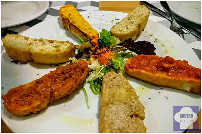 Crostini al horno con salsas caseras restaurante Il Pastaio