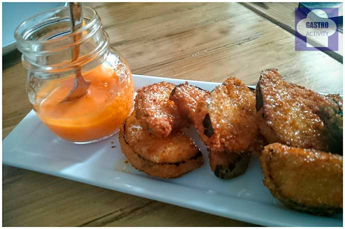 Berenjenas fritas con miel y salmorejo
