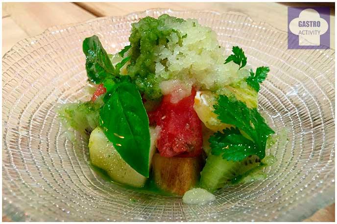 Ensalada de frutas con granizado de lima y jugo de hierbabuena