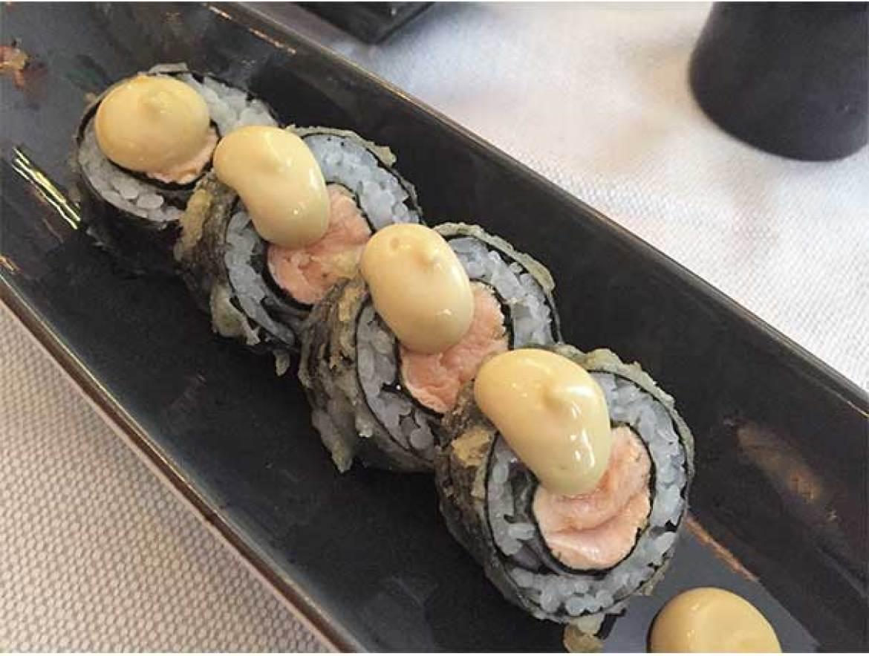 Makis de salmón y mostaza con doble tempurizado Sky Sushi and Ramen Bar