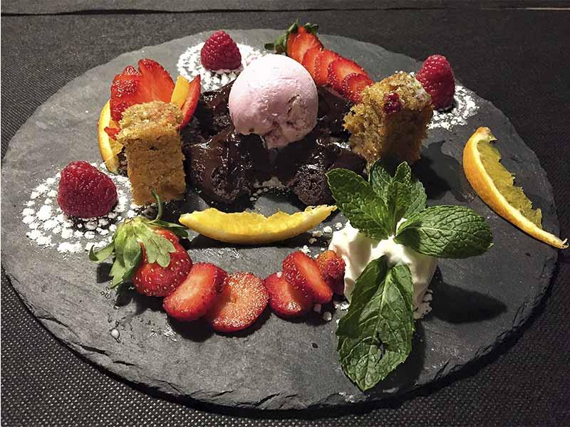 By The Way Restaurant & More Tarta de zanahoria Coulant de chocolate