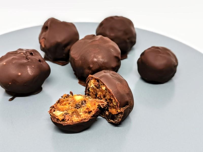 Dadelkugler med chokolade og abrikos