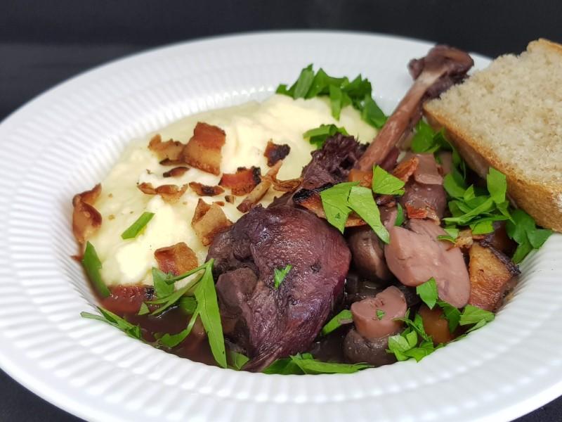 Hanekylling - Coq au vin med kartoffelmos