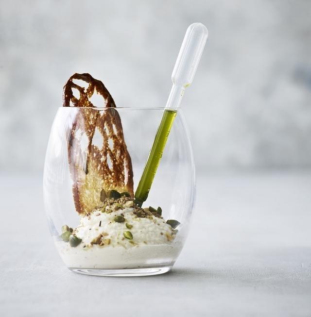 Creme af saltbagt knoldselleri med pistacie-dukah og persilleolie (c)neurogastronomi.com