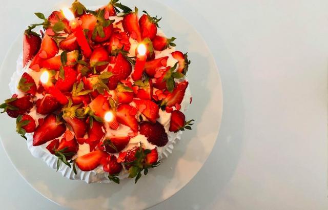 Marengs med is, fløde og jordbær