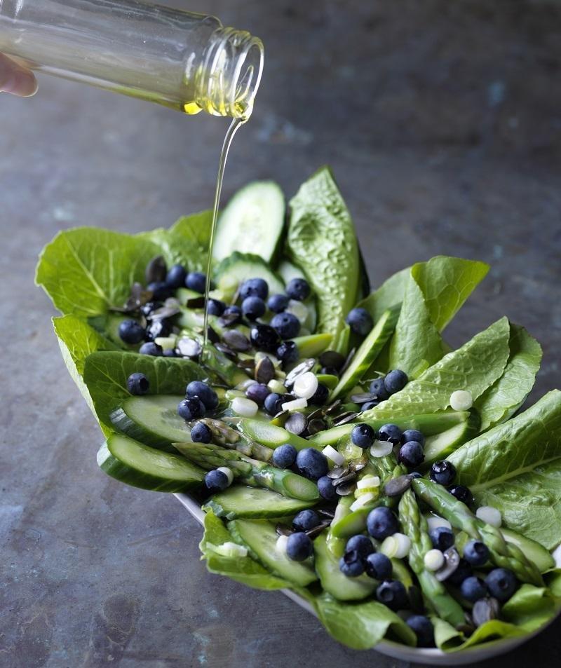 Sprød salat med asparges og blåbær