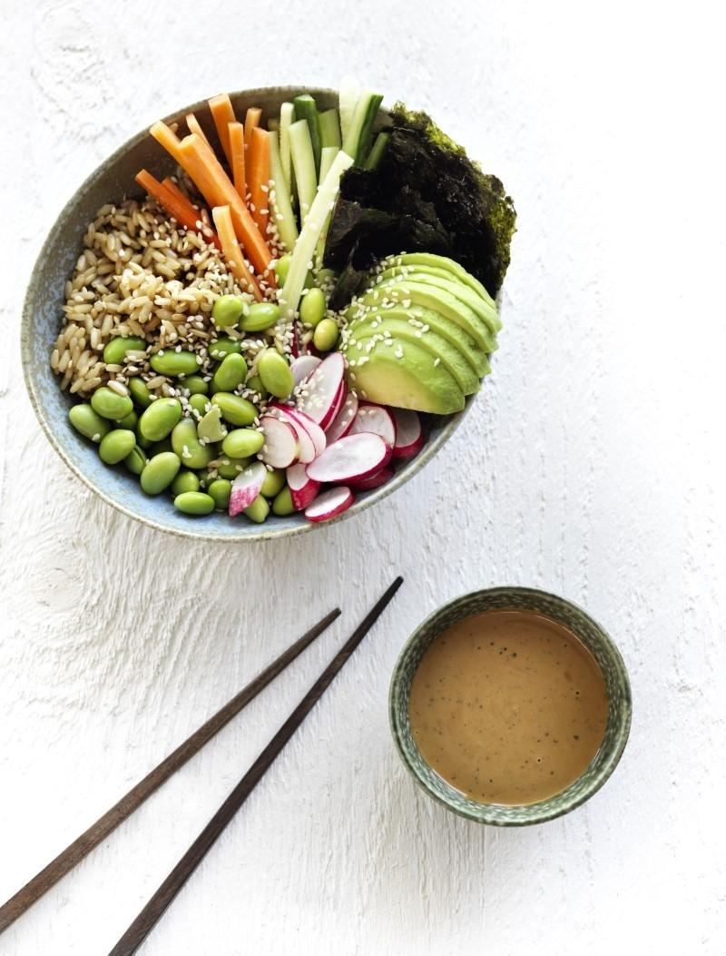 Sushi-bowl med miso-dressing