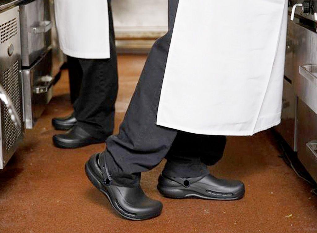 La importancia de los zapatos especiales de cocina