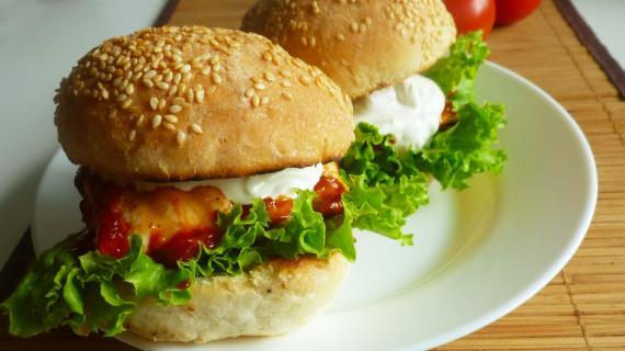 Тауық және көк ірімшік соусы бар бургер