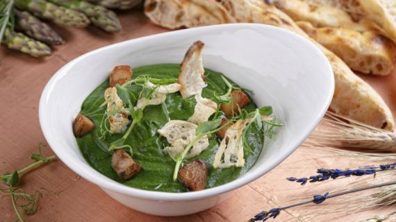Spinach cream soup with porcini mushrooms