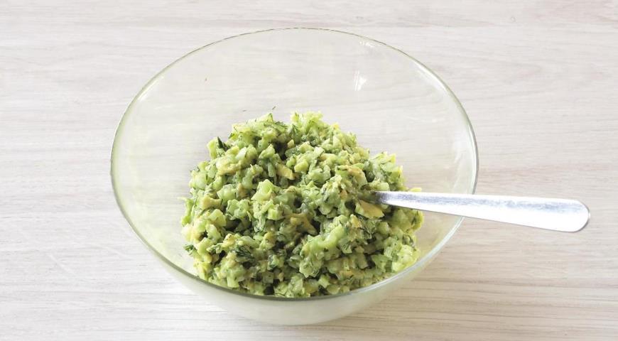 Фото приготовления рецепта: Салат из авокадо с огурцом за 15 минут, шаг №3