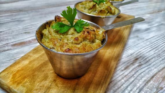Kombinace kari a květáku bude vždy kořist - krémová květáková polévka s kari.