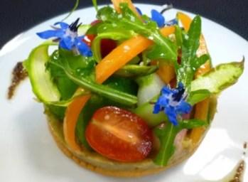 Salade de crudités aux fleurs de bourrache