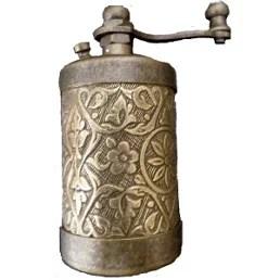 Moulin à poivre ancien en métal gravé