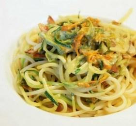 Spaghettis aux courgettes et aux fleurs de courgette