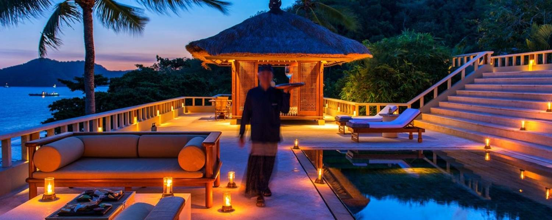 Sur la terrasse éclairée de l'hôtel Amankila