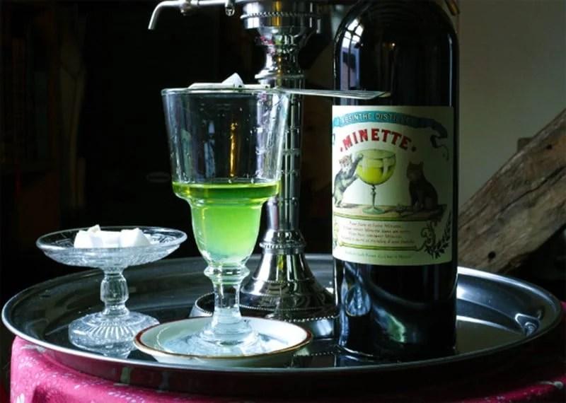 Verre et bouteille d'absinthe